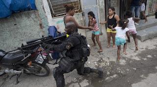 combat dans les favelas du Brésil