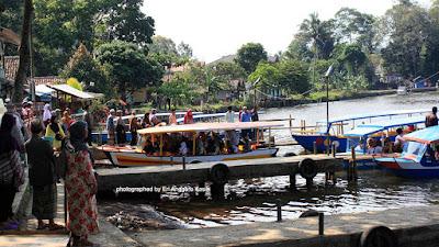 Wisatawan yang sedang berkunjung ke Situ Lengkong Panjalu.
