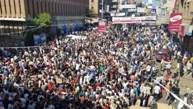 تظاهرات شعبية غاضبة في تعز وعصيان مدني شامل