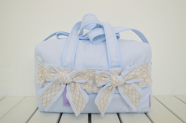 bolsa maternidad celeste puntilla beige