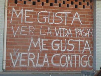 pintada sobre muro de ladrillo: Me gusta ver la vida pasar. Me gusta verla contigo.