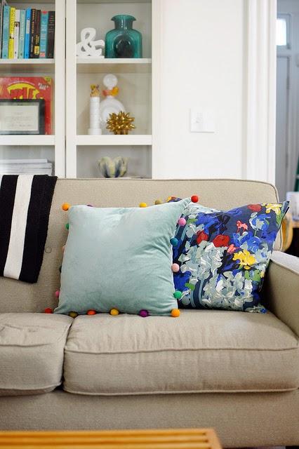 sofakissen im landhausstil kombinieren bilder und ideen landhaus blog. Black Bedroom Furniture Sets. Home Design Ideas