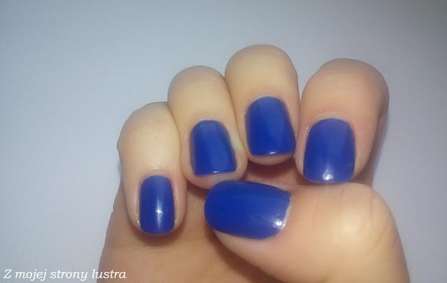 Models Own True Blue na paznokciach