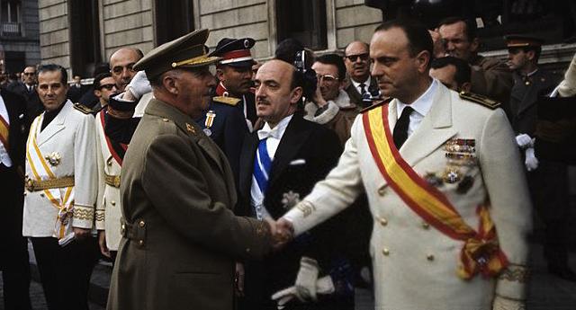 Fraga presidente de honor del PP saludando al dictador Franco
