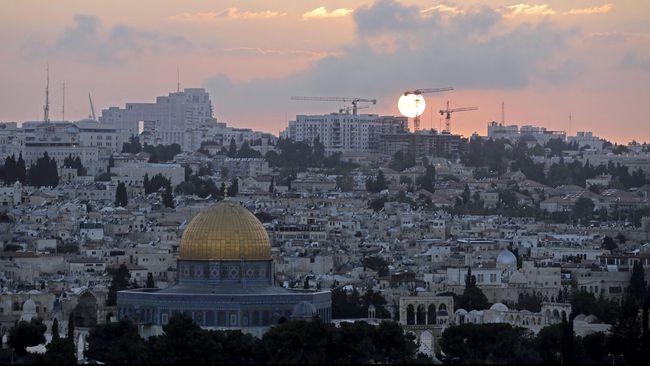 Ribuan Kaum Muslim, Kristiani, dan Yahudi Serentak Serukan Azan Bentuk Protes Larangan Israel Ini....