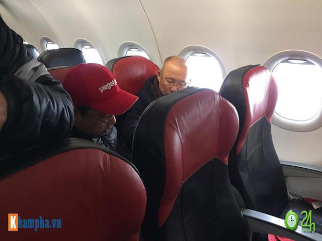 Trực tiếp U23 Việt Nam về nước ngày 28/1: Ảnh mới nhất trên chuyên cơ bay về Nội Bài 7