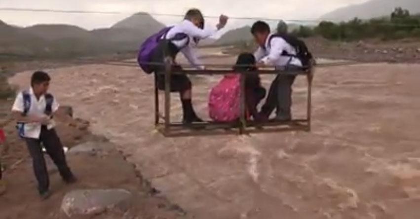 Niños arriesgan sus vidas al cruzar río para ir a la escuela en Huanta - Ayacucho [VIDEO]