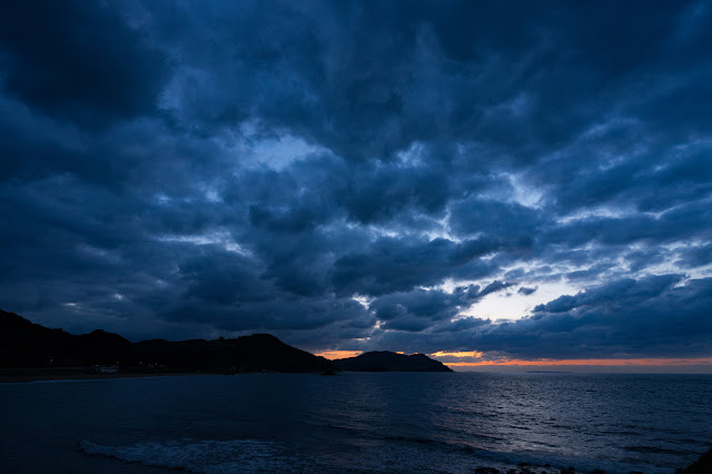 クラウドでいっぱいの空が夜になる
