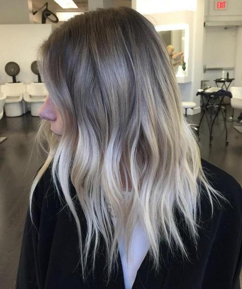 Si tienes cabello rizado grueso hay una gran variedad de peinados e ideas de color de pelo que halagan su cabellera perfectamente.