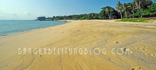 pasir-putih-pantai-teluk-uber-sungailiat