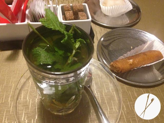 Té verde a la menta y pasteles