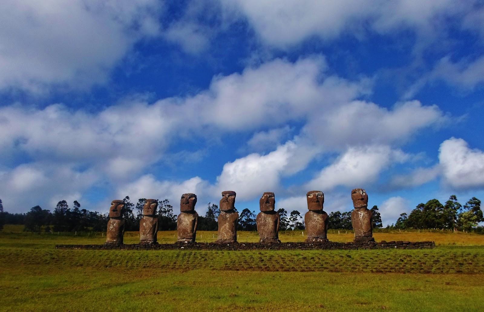 イースター島のアフ・アキビの七体のモアイ