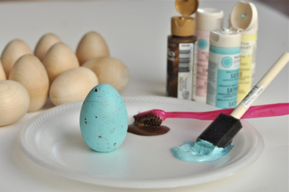 DIY Robin Blue Painted Easter Eggs - via BirdsParty.com