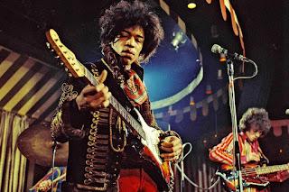 Jimi Hendrix tocando la guitarra - 1967