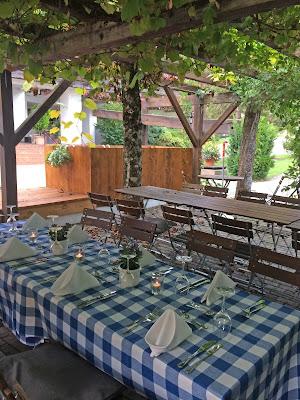 Abendessen m Biergarten Herbst-Hochzeit in den Bergen, Lila, Orange, Riessersee Hotel Garmisch-Partenkirchen, Bayern, Autumn wedding in Bavaria, Lilac and Orange
