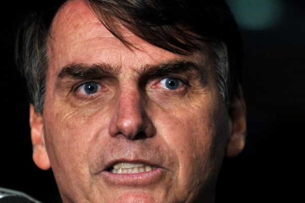 """Jair Bolsonaro (PSC-RJ) teve a cassação de seu mandato pedida pela OAB por ter homenageado um dos maiores torturadores da ditadura militar brasileira, o coronel Brilhante Ustra, em seu voto durante a sessão que analisou o impeachment de Dilma na Câmara. Num requinte de crueldade, Bolsonaro, um defensor da ditadura, afirmou que Ustra era """"o pavor de Dilma"""". Dilma foi presa e torturada na ditadura. Ustra era o comandante da unidade em que ela ficou detida e pode tê-la torturado pessoalmente. Em vídeo divulgado na internet nesta terça, Bolsonaro diz que Ustra não era torturador – negando o testemunho de dezenas de pessoas e a própria decisão do TJ de São Paulo, que o condenou judicialmente."""