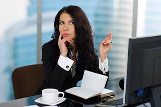 девушка работа задумчивая в офисе