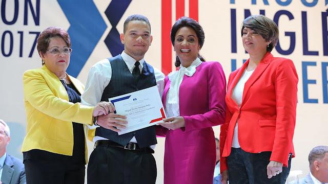 Más de 15 mil jóvenes se gradúan en Programa Inglés por Inmersión del MESCYT; Primera Dama asiste