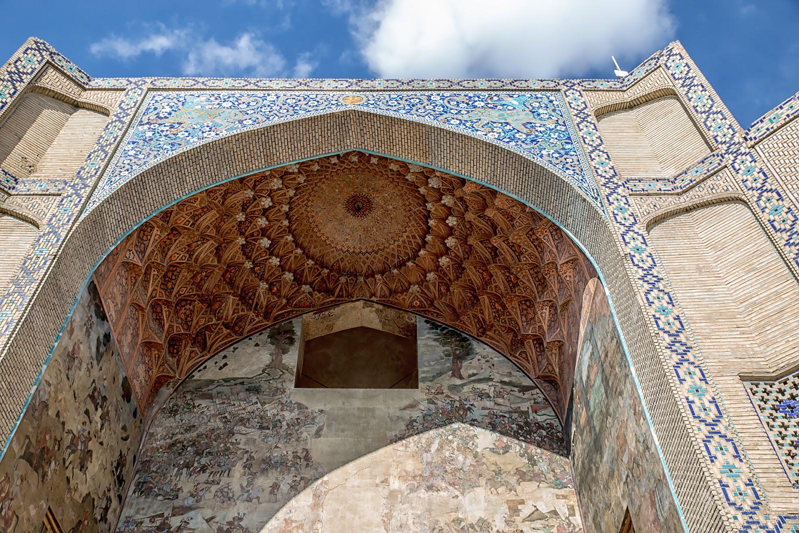 Zdobienia nad wejściem do bazaru,Isfahan,Iran