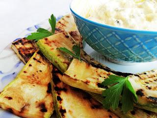 Рецепта за гриловани тиквички със сос от крема сирене и майонеза