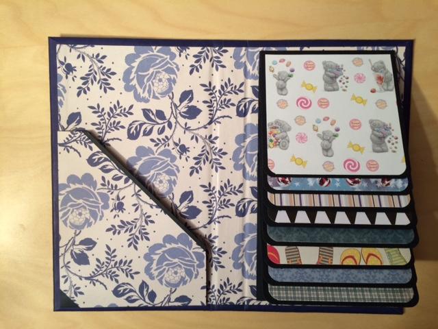 Vattenfallsalbum i blått med blommor och choklad
