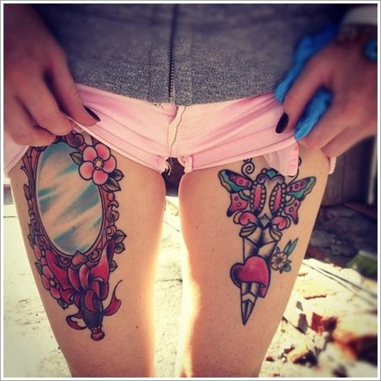una chica se remanga los pantalones, vemos en sus muslos dos tatuajes un tatuaje de espejo y un tatuaje de daga