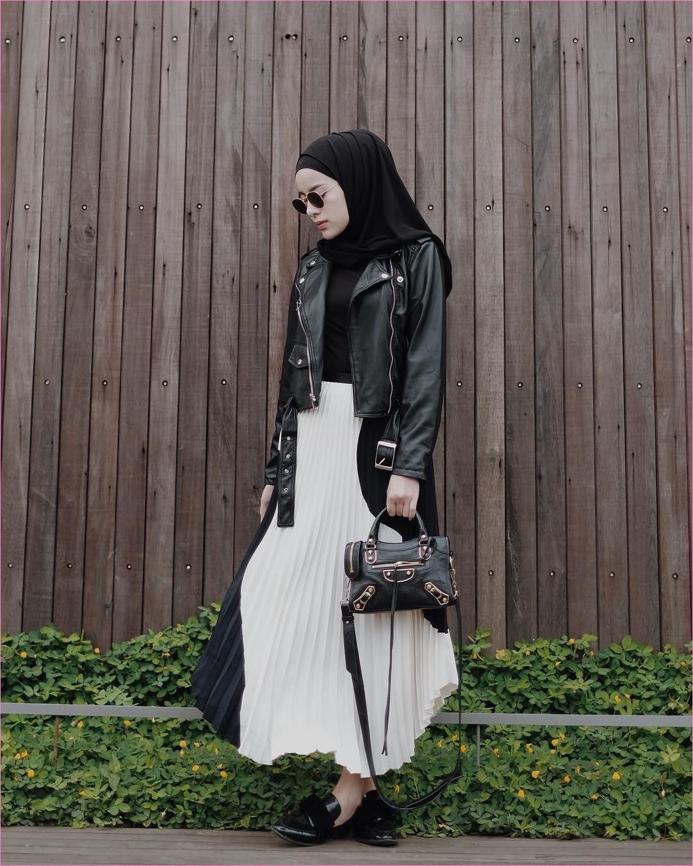 Outfit Rok Untuk Hijabers Ala Selebgram 2018 loafers and slip ons flatshoes ciput rajut hijab pashmina diamond kacamata bulat jaket kulit mangset slingabags hitam broomstick skirt krem muda ootd trendy