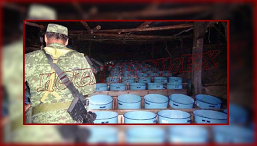 Revientan narcolaboratorio y edificio con arsenal en Sinaloa