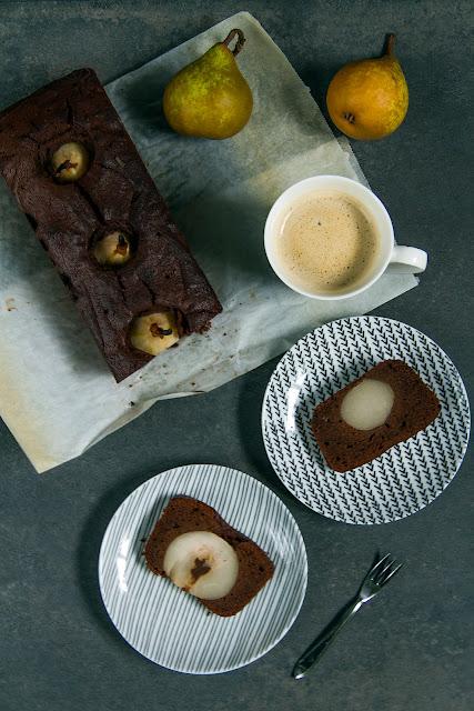 Mocno czekoladowe ciasto gruszkami.