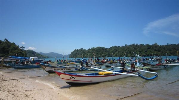 Deretan perahu nelayan di Pantai Sendang Biru