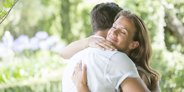 MUST READ: Different Ways Of Hugging Your Partner That Expose Your Personality!