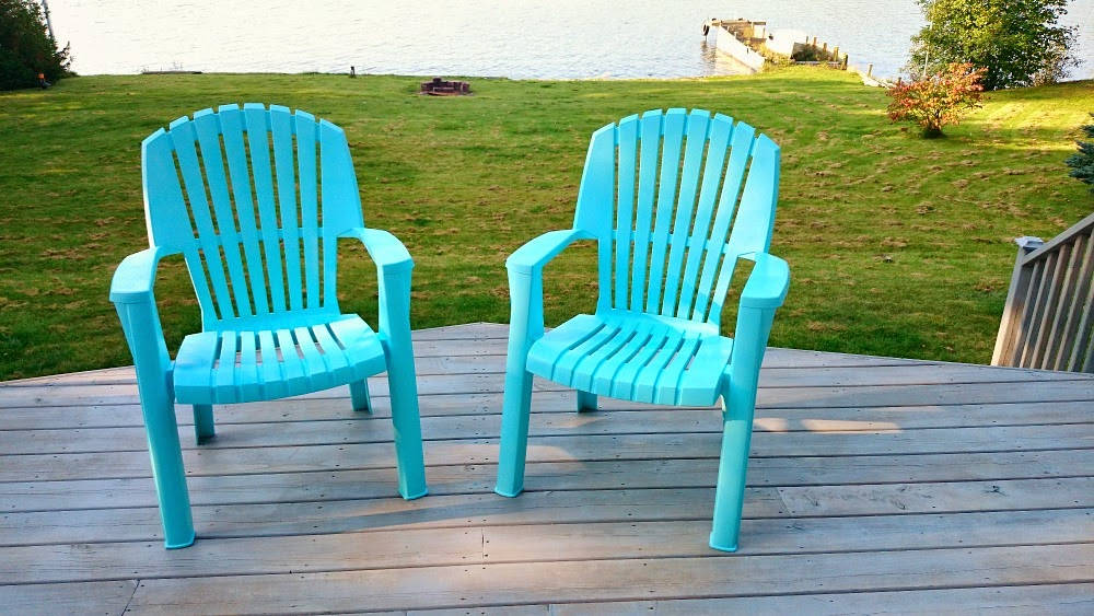 How to Spray Paint Plastic Lawn Chairs | Dans le Lakehouse