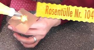 Sommerliche Tiramisu-Torte mit Blüten aus Buttercreme: Sonnenblumen, Rosen, Hortensien, Himmelsschlüssel und Vergissmeinnicht - Videotutorial, Rose aus Buttercreme spritzen