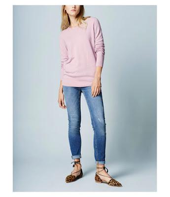 Пастельный розовый свитер с туфлями с леопардовым принтом и джинсами