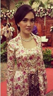Kebaya Kutubaru Shandy Aulia Motif Bunga Corak Kembang Artis Indonesia
