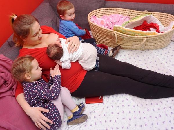 mama trójki z maluszkiem w połogu