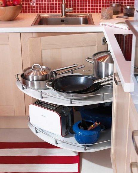 Armario esquinero con bandejas giratorias para mantener el orden en la cocina