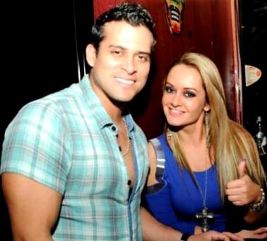 Foto de Jeannine Gonzales posando con Christian Domínguez