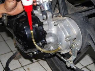 Kapan Ganti Oli Transmisi Atau Gardan Motor Metic Yang Benar?