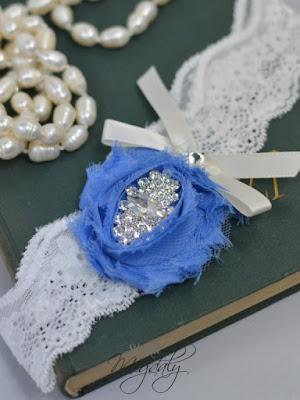 niebieska podwiązka ślubna niebieski kwiat koronka ślubne dodatki blog modowy