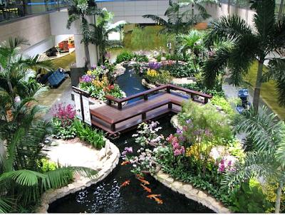 Contoh Taman Dalam Rumah Minimalis Dengan Kolam Ikan Mini dan Dekorasi Jembatan