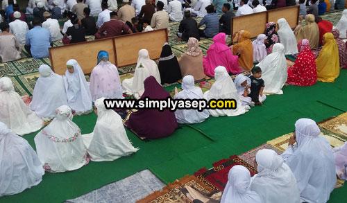 JAMAAH PEREMPUAN : Letaknya ada dibelakang shaf laki laki begitu kira kira pelaksanaan Sholat Idul Fitri di Masjid Babussalam Duta Bandara Kubu Raya pagi (15/6). Foto Asep Haryono