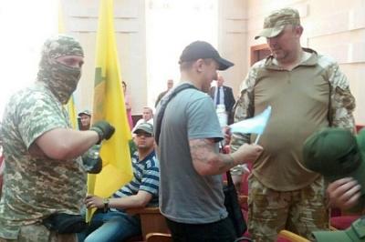 Эпигоны матроса Железняка напали на одесских депутатов и заставили признать карателей героями АТО