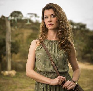 Alinne Moraes posa caracterizada como Isabel, sua vilã em Espelho da Vida