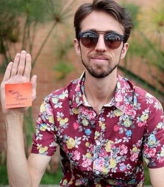 Foto de Esteman levantando la mano