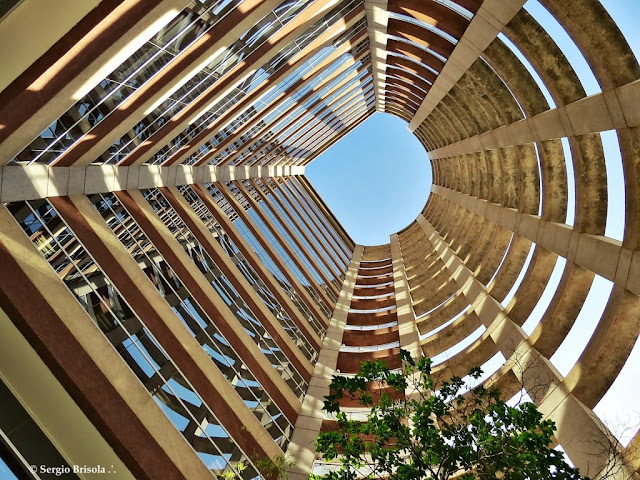 Perspectiva inferior do átrio frontal do Edifício Atrium VII - Vila Olímpia - São Paulo