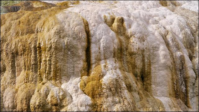 Fotografia della concrezione calcarea del Fosso Bianco a Bagni San Filippo
