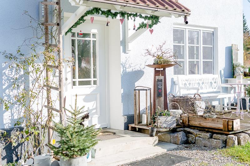 Weihnachtlicher Eingangsbereich, Pomponetti, weihnachtliche Dekotips für den Außenbereich