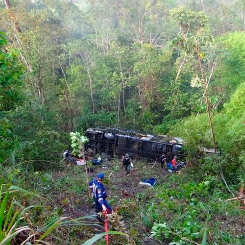 Ônibus do artista Dorgival Dantas sofre acidente na BR-101