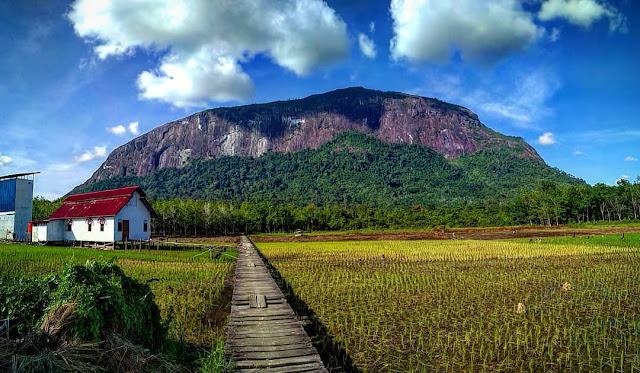 Pesona Wisata Bukit Kelam di Kalimantan Barat